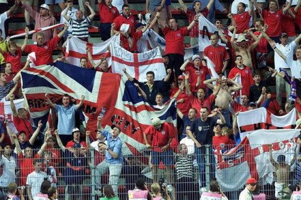 12942-hooligans-bar-england-til-sejren--