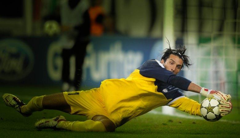 Sementara Neuer Gagal, Buffon (Pernah) Berhasil