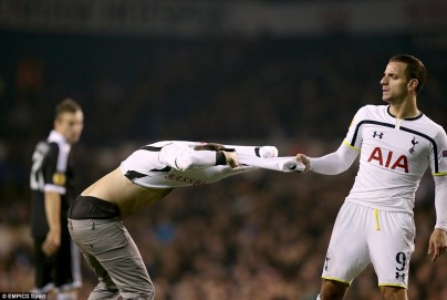 238F542300000578-2852316-Soldado_did_not_take_kindly_to_the_second_pitch_invader_ripping_-54_1417126341442