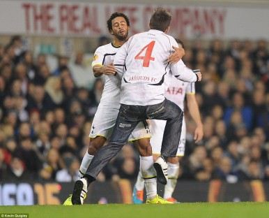 238F603100000578-2852316-The_second_pitch_invader_was_eventually_stopped_by_Moussa_Dembel-55_1417126341450
