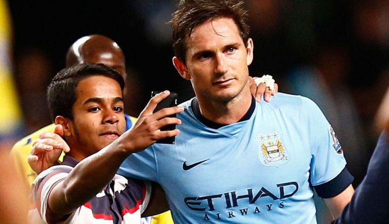 Suporter Sepakbola Kini Lebih Tertarik Selfie daripada Tandatangan