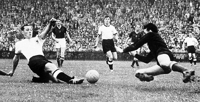 Pertandingan final Jerman Barat menghadapi Hungaria (Sumber: sikids.com)