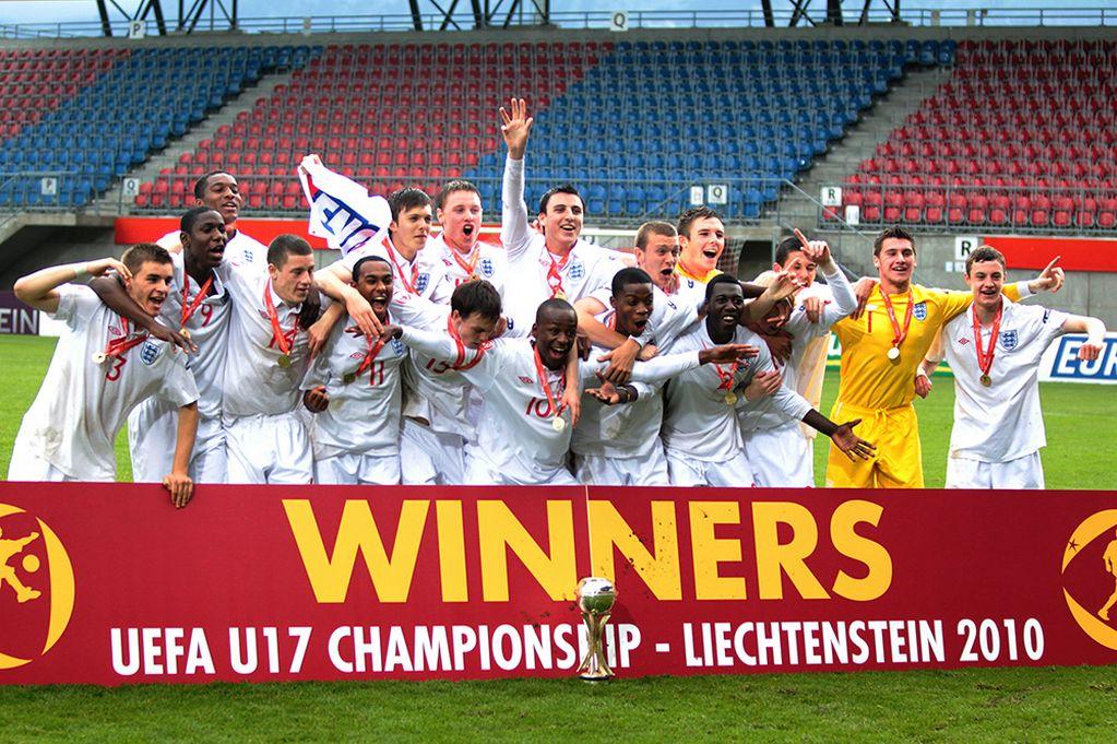Barkley (16) saat menjuarai Piala Eropa U-17 pada 2010. (via: mirror.co.uk)