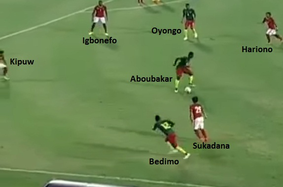 Proses sebelum terjadinya gol Kamerun yang bersarang ke gawang Indonesia