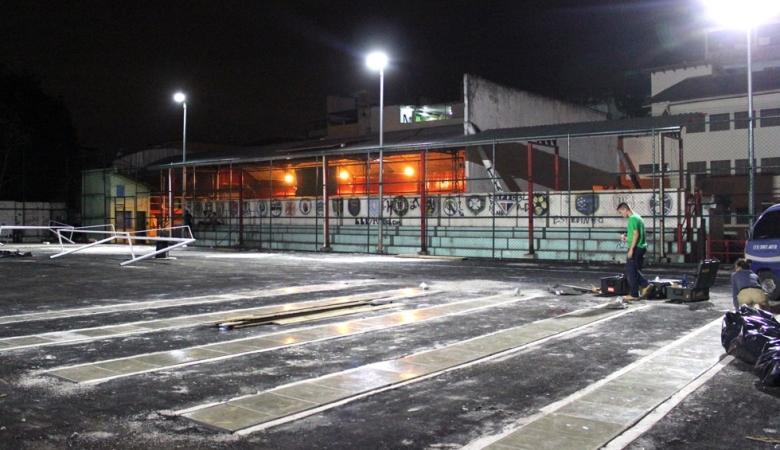 Pemasangan ubin atau pelat lantai Pavegen (sumber: www.pavegen.com)