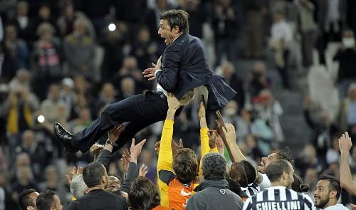 Antonio Conte saat Juventus sukses meraih gelar scudetto tiga kali secara beruntun. (via: tuoitrenews.vn)