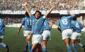 Maradona saat masih berseragam Napoli. (via: tuttocalcio.it)