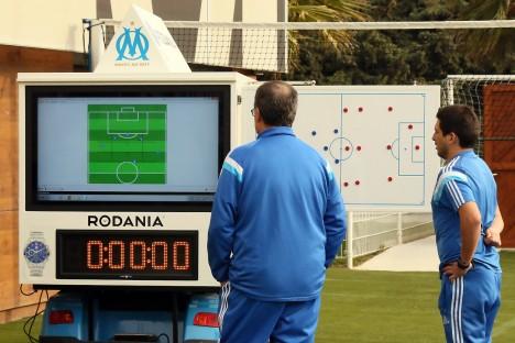 Papan taktik dan analisis pertandingan untuk berdiskusi dengan asistennya
