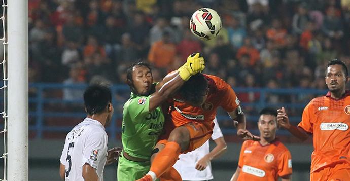 Kiper Bali United, Endra Prasetya, saat menggagalkan serangan Pusamania Borneo FC dalam laga uji tanding.