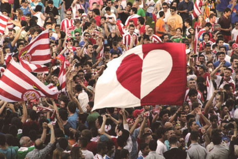 Pendukung Girona FC saat merayakan kemenangan yang mengantarkan Girona FC ke babak play-off pada 2012/2013. (insidespanishfootball.com)