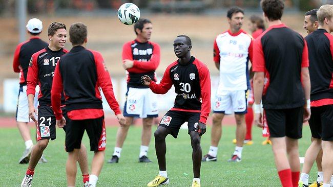 Awel Mabir (30) saat berlatih bersama rekan-rekannya di Adelaide United. (via: adelaidesnow)