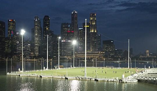 Lapangan terapung di Marina Bay, Singapura, mungkin bisa membuat kita penasaran untuk bermain di sana.