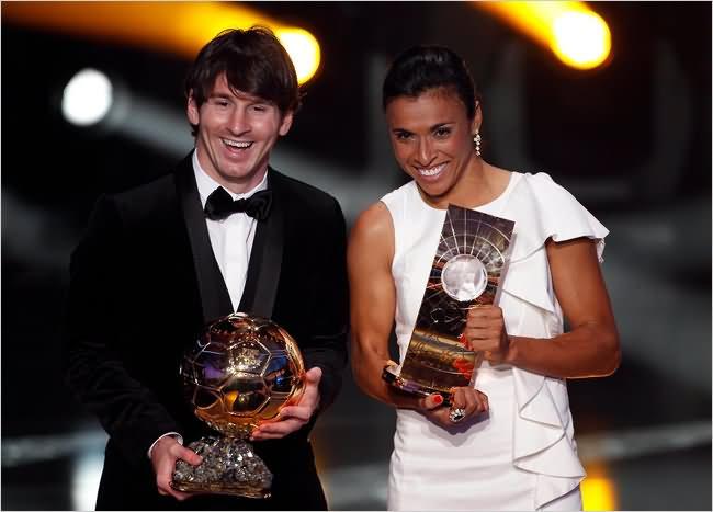 Lionel Messi dan Marta saat menyabet gelar individu pemain terbaik dunia (Sumber: images22.com)