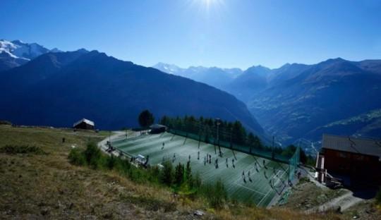 Stadion Ottmar Hitzfeld di Pegunungan Alpen, Swis, terletak 2000 m di atas permukaan laut.