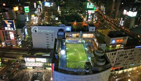 Gedung pusat perbelanjaan di Distrik Shibuya di Tokyo, Jepang, memiliki lapangan sepakbola di atas atap bangunannya.