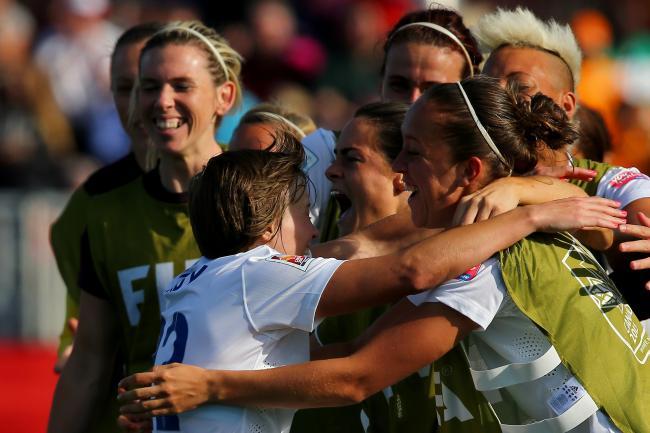 Fran Kirby merayakan gol perdananya di Piala Dunia (sumber: Bleacher Report)