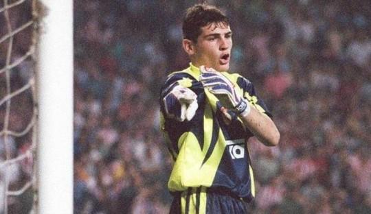 Casillas semasa muda, menjalani debutnya saat masih berusia 18 tahun (sumber: Inside Spanish Football)