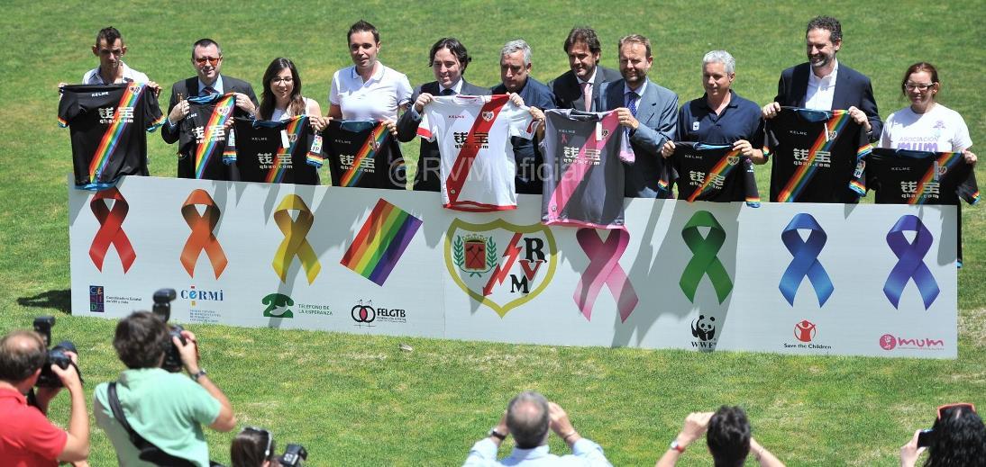 Rayo Vallecano saat meluncurkan kostum mereka (sumber: twitter resmi Rayo Vallecano)