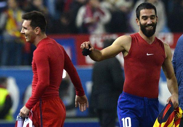 Arda Turan dan Lionel Messi saat bertukar kostum 2013 lalu. (sumber: goolfm.net)