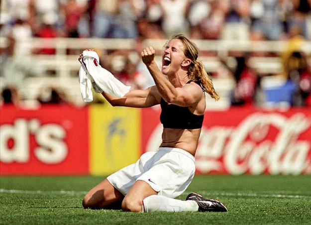 Selebrasi ikonik Brandi Chastain saat menjuarai Piala Dunia Perempuan 1999 lewat adu penalti. (sumber: bloguin.com)