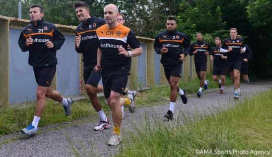 Pemain Wolverhampton Wanderers melakukan lari jarak jauh dalam latihan pra-musim (sumber: AMA Sports Photo Agency)