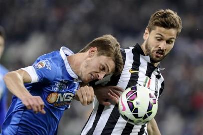 Aksi Rugani yang menghadang Fernando Llorente pada musim lalu (via: squawka.com)