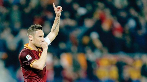 Perayaan gol Totti setelah membobol gawang Udinese pada 2014 lalu. (via: dhakatribune.com)