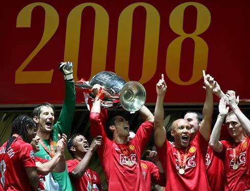 Anderson dan Nani (di samping Van der Sar dan Tevez) saat merayakan gelar juara Liga Champions 2007/2008. (via: ronaldo7.net)