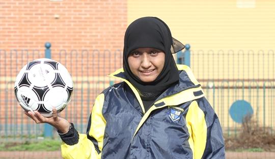 Annie Zaidi: Perempuan, Muslim, dan Asia yang Mencetak Sejarah di Sepakbola Inggris