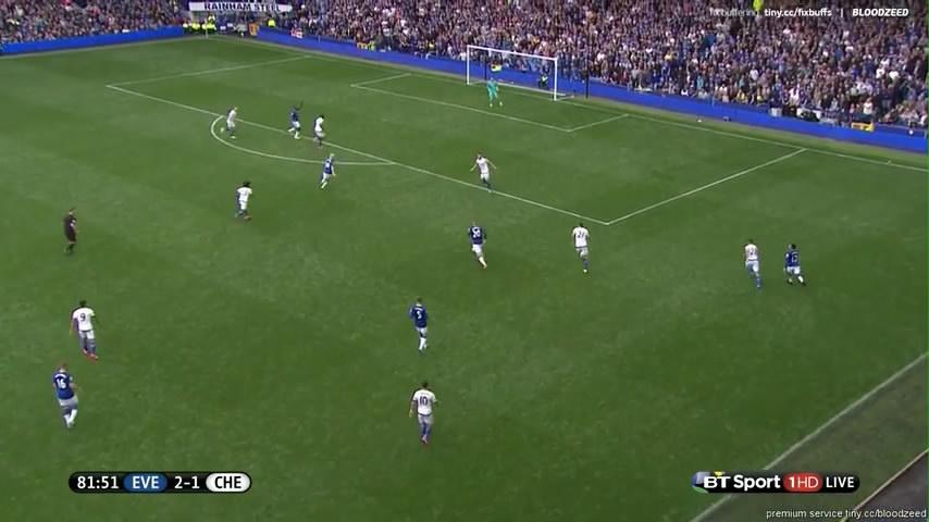 Matic (No.21) tertinggal dan meninggalkan lubang di depan lini pertahanan Chelsea. Barkley (No. 20) tengah menguasai bola dan menerobos pertahanan Chelsea.