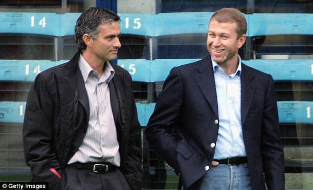 Mourinho bersama Abramovich saat pertama kali ditunjuk menjadi pelatih Chelsea pada 2004 silam. (via: dailymail.co.uk)