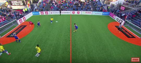 Satu pemain Ukraina (biru) berada di area bertahan Brasil (kuning). Brasil menyerang dan situasi menjadi tiga lawan tiga (plus kiper)