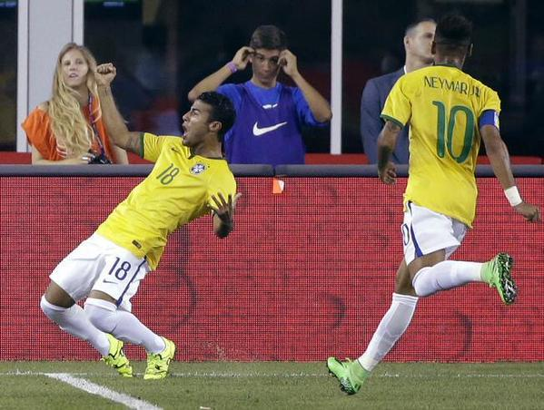 Rafonha merayakan gol debutnya bersama tim senior Brazil beberapa waktu yang lalu. (sumber: 101greatgoals)