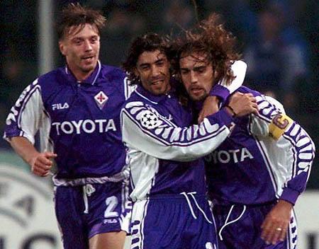 Batistuta (kanan) dan Rui Costa (tengah) saat bersama-sama membela Fiorentina