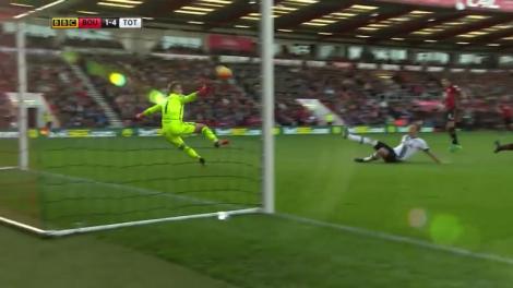 Kane menyongsong bola sekaligus membuat lompatan Boruc menjadi tak berarti.