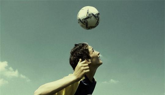 Bahaya Nyata dari Menyundul Bola