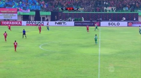 Pemain - Pemain Semen Padang (Baju Merah) Menahan Bola Di Setengah Lapangan