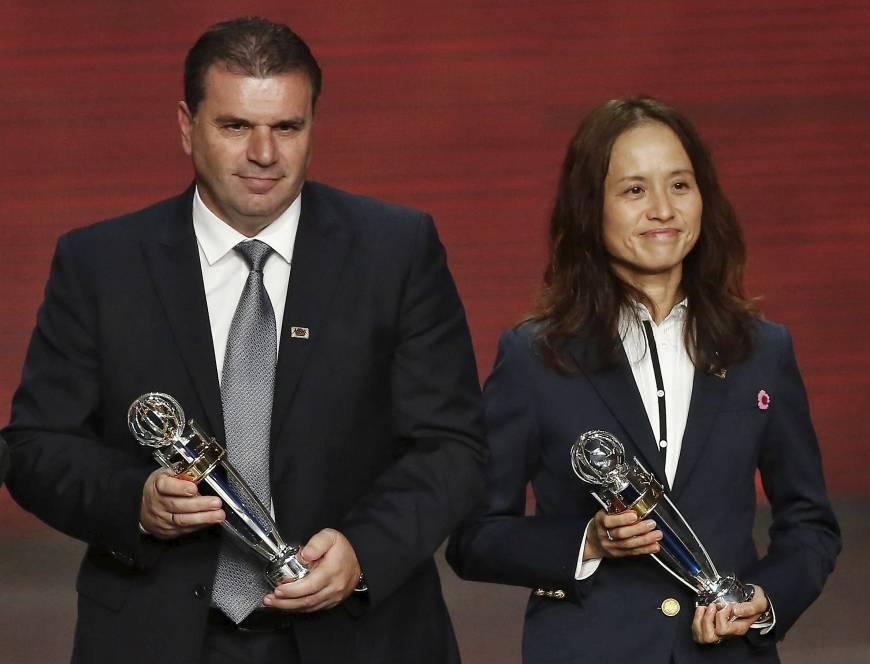 Asako Takakura (kanan) , Pelatih Sepakbola Perempuan Terbaik Asia Tahun 2015