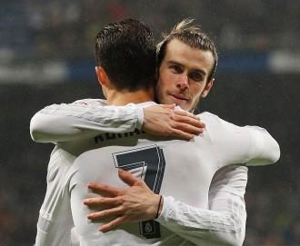Gareth Bale Memeluk Ronaldo Setelah Mencetak Gol yang Berasal dari Umpan Pemain Portugal Tersebut