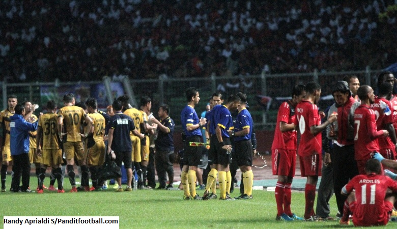 Water Break Semen Padang VS Mitra Kukar
