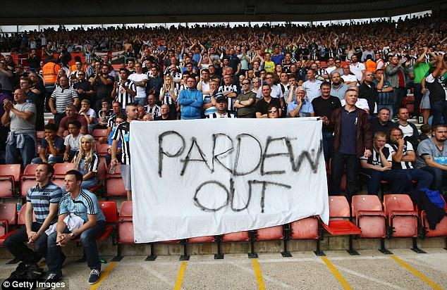 Spanduk sebagai bentuk kekecewaan terhadap Alan Pardew. Foto: dailymail.co.uk