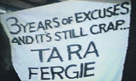 Banner Ta-Ra Fergie Yang Ditujukan oleh Fans United Yang Kecewa Akan Peforma Tim Kesayanganya