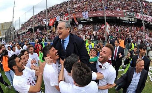 Lotito diarak pemain Salernitana saat mereka promosi tahun 2013