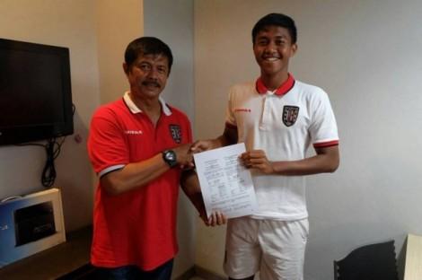 Ganjar bersalaman dengan Indra Sjafrie usai menandatangani kontrak dengan Bali United