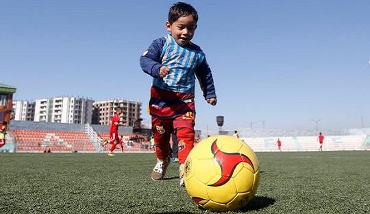 Bocah Berbaju Plastik Messi Selangkah Lebih Dekat Bertemu Sang Idola