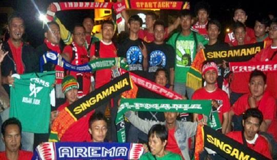 Suporter Sepakbola di Mata Band Firehouse