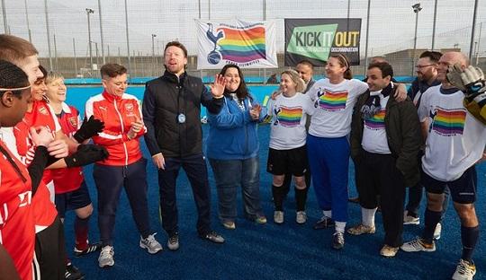 GayGooners dan Proud Lilywhites kala menjalani laga yang juga didukung Kick It Out