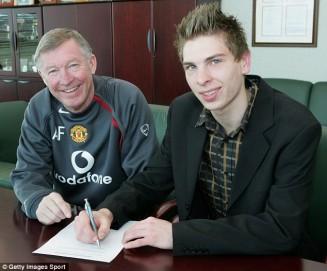 Zieler ketika menandatangani kontrak bersama Manchester United