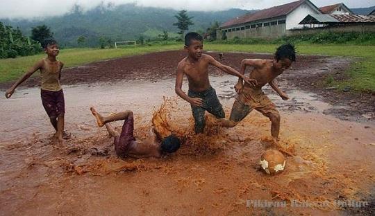 Kebahagiaan Pemain Napoli di Tengah Lapangan Banjir
