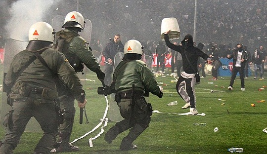Invasi Suporter ke Lapangan dan Mundurnya PAOK, Warnai Piala Yunani